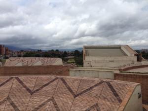 Eine Bühne auf dem Dach bezieht die Umgebung mit ein. Die ovalen Formen und die Ornamente erinnern an die Kultur der ersten Einwohner des Ortes.