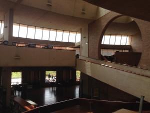 Der Lesesaal ist offen zum Bach, das natürliche Licht fällt so ein, dass man kaum künstliche Beleuchtung braucht.