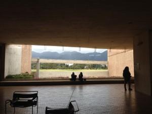 Offene Räume bieten Platz zum Reden und diskutieren, Ausblicke auf die Umgebung, den umliegenden Park.